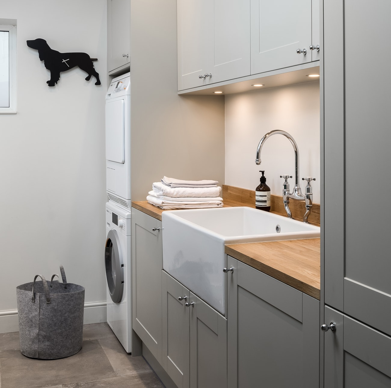 Grey and wood utility room concept